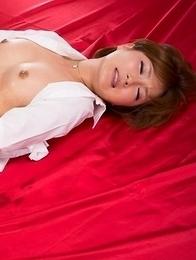 Oiled-up hairy pussy hottie Kaede Oshiro masturbates and cums real quick