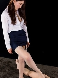 Blouse-wearing office hottie Yuu Kazuki giving an impassioned footjob
