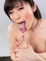 Sara Yurikawa sucks on her own toes and gets that hairy pussy fingered a bunch