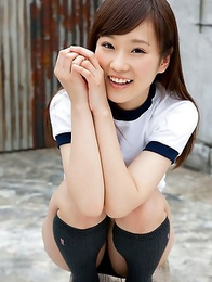 Kana Yuuki exposes nasty behind in short pants outdoor